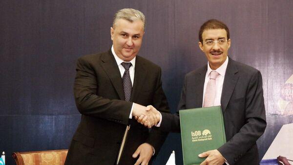 Председатель Госкомитета по инвестициям Узбекистана Сухроб Холмурадов и президент ИБР Бандар Хаджар - Sputnik Ўзбекистон