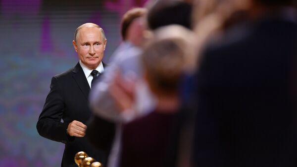 Владимир Путин на церемонии официального вступления в должность мэра Москвы Сергея Собянина в Московском концертном зале Зарядье - Sputnik Ўзбекистон