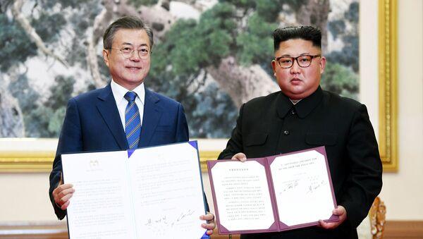 Президент Южной Кореи Мун Чжэ Ин и лидер Северной Кореи Ким Чен Ын  - Sputnik Ўзбекистон