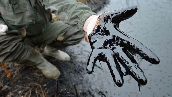 Ладонь запачканная нефтью - Sputnik Ўзбекистон