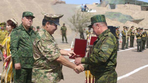 Министр обороны РУз наградил отличившихся в совместных военных учениях таджикских военных - Sputnik Ўзбекистон