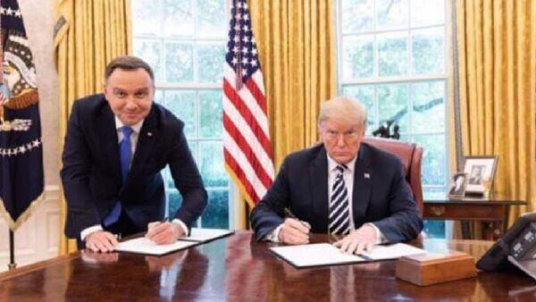 Президент Польши Анджей Дуда с американским главой Дональдом Трампом - Sputnik Ўзбекистон