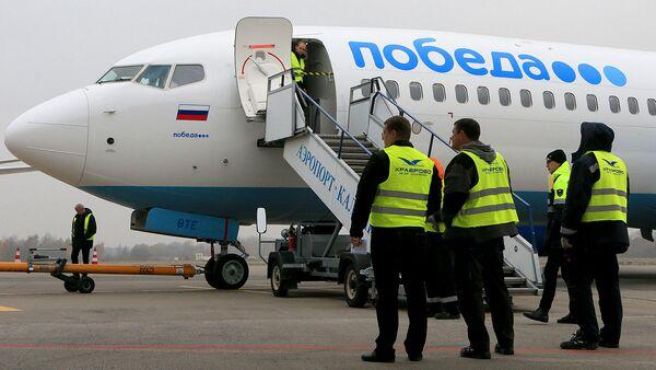Техники у самолета российской низкобюджетной авиакомпании Победа - Sputnik Узбекистан