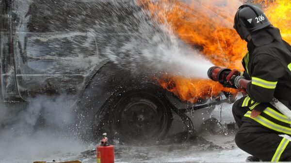 Пожарные тушат горящий автомобиль - Sputnik Узбекистан