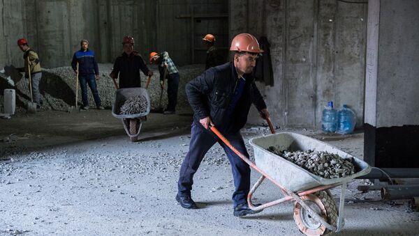 Рабочие во время строительства - Sputnik Ўзбекистон