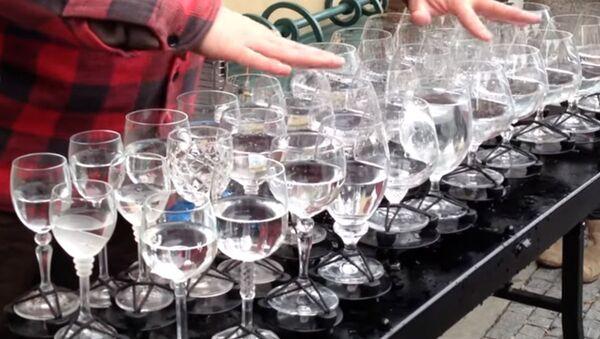 Только стакан и вода - мировые хиты в исполнении уличного музыканта - 11 млн просмотров на Ютуб. Смотреть всем. - Sputnik Ўзбекистон