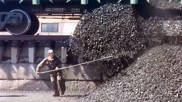 Кто не успел тот опоздал: Выгрузка вагонов с каменным углем. Самая опасная профессия в мире - Sputnik Узбекистан
