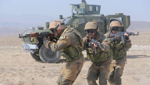 Узбекские военнослужащие на учениях в Таджикистане - Sputnik Узбекистан