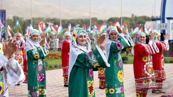 Жители Турсунзаде торжественно встретили Президента Узбекистана Шавката Мирзиёева - Sputnik Узбекистан