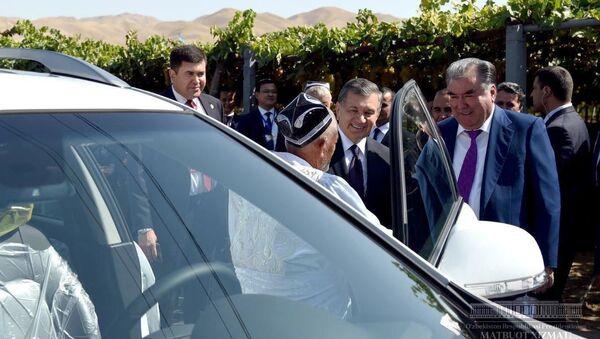 Шавкат Мирзиёев подарил таджикским дехканам автомобили Captiva - Sputnik Узбекистан