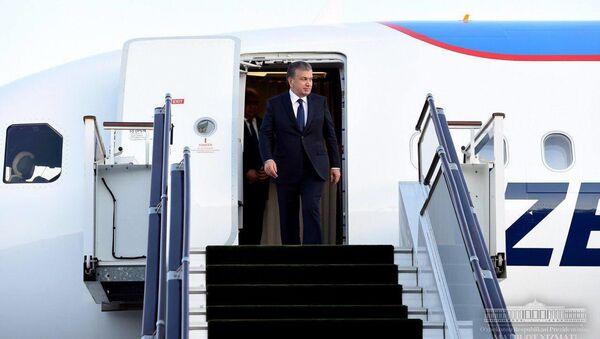 Prezident Uzbekistana Shavkat Mirziyoyev vыxodit iz samoleta - Sputnik Oʻzbekiston
