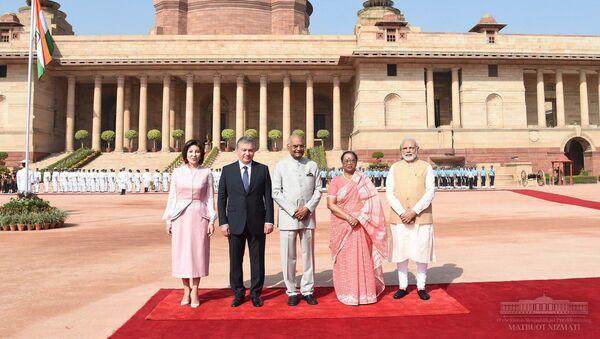 Шавката Мирзиёева официально приветствовали глава и премьер Индии - Sputnik Ўзбекистон