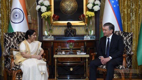 Президент Узбекистана Шавкат Мирзиёев в отведенной для него резиденции в Нью-Дели принял министра иностранных дел Индии Сушму Сварадж. - Sputnik Узбекистан
