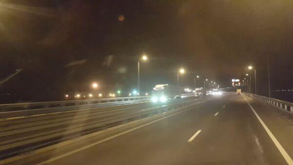 СПУТНИК_Первые грузовики проехали по Крымскому мосту - Sputnik Узбекистан