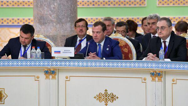 Председатель правительства РФ Дмитрий Медведев на заседании Совета глав правительств государств-членов Шанхайской организации сотрудничества  - Sputnik Узбекистан