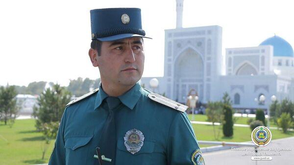 Сотрудник правоохранительных органов на фоне мечети - Sputnik Ўзбекистон
