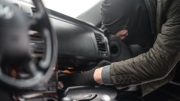 Мужчина имитирует вскрытие автомобиля - Sputnik Узбекистан