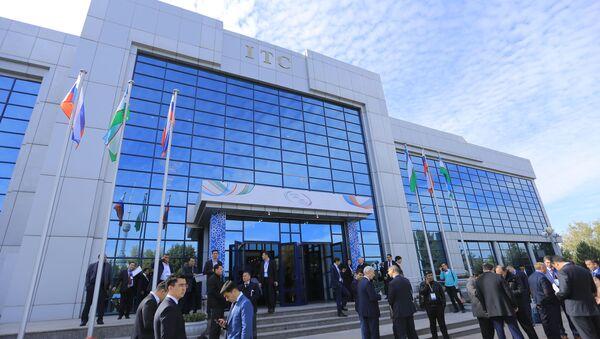 Здание Узэкспоцентра, где проходит первый российско-узбекский межрегиональный форум - Sputnik Узбекистан