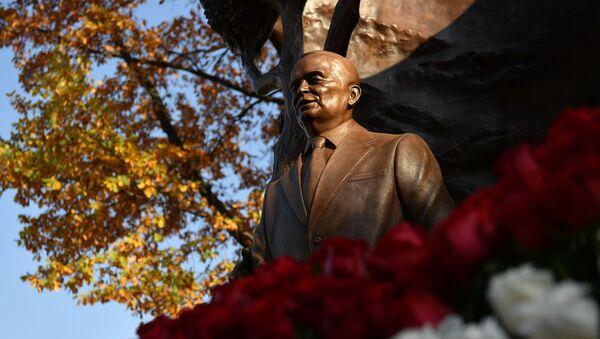 Памятник первому президенту Узбекистана И. Каримову открыли в Москве  - Sputnik Узбекистан