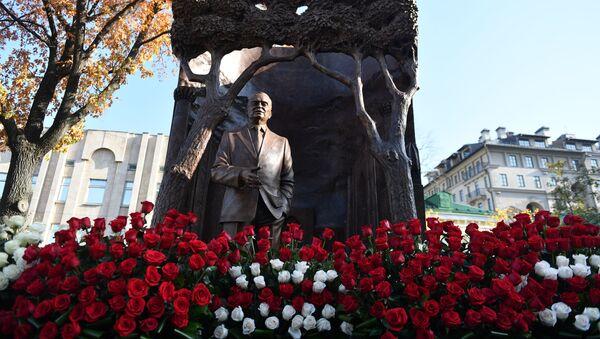 В Москве в преддверии визита Владимира Путина в Узбекистан торжественно открыт памятник Исламу Каримову недалеко от узбекского посольства. - Sputnik Узбекистан