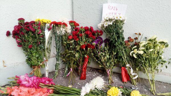 Цветы у посольства РФ в Узбекистане - Sputnik Ўзбекистон