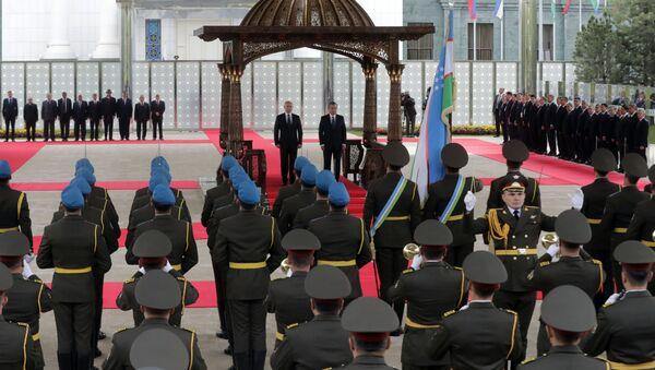 Президент РФ Владимир Путин и президент Узбекистана Шавкат Мирзиеев ( в центре справа) на церемонии официальной встречи в Ташкенте - Sputnik Ўзбекистон