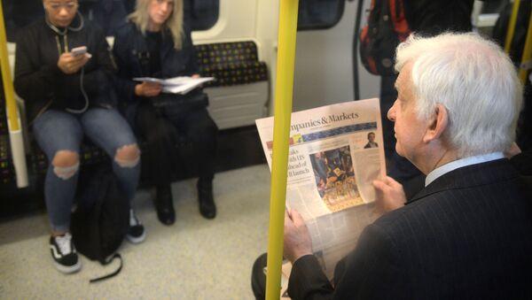 Пассажиры в вагоне на станции лондонского метро - Sputnik Ўзбекистон