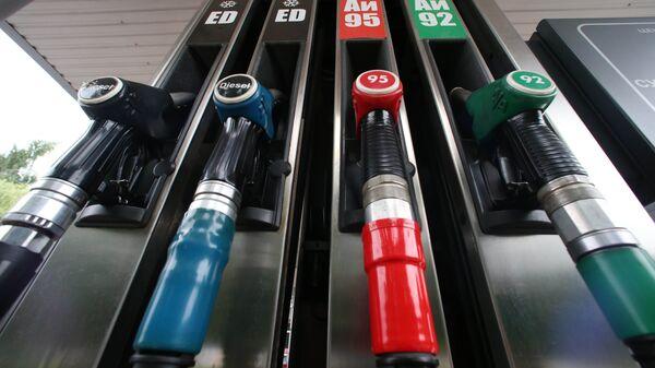 Топливораздаточная колонка на автозаправочной станции - Sputnik Ўзбекистон