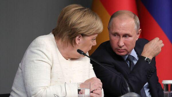 Prezident RF Vladimir Putin i federalnыy kantsler FRG Angela Merkel  - Sputnik Oʻzbekiston