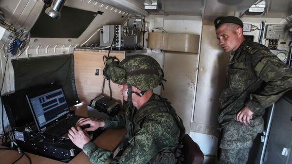 Военнослужащие в автомобиле комплекса РЭБ  - Sputnik Ўзбекистон