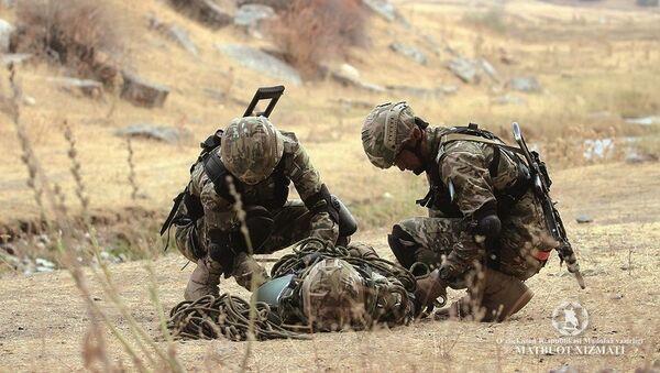 Узбекские военнослужащие спасают условных раненых в сложной горной местности - Sputnik Ўзбекистон