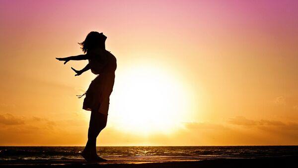 Девушка на берегу моря. Иллюстративное фото - Sputnik Ўзбекистон
