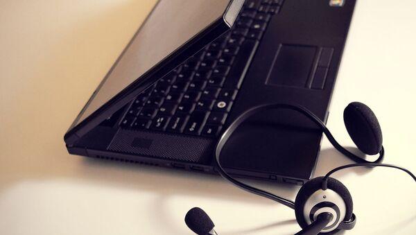 Ноутбук и наушники для пользования медиаконтентом - Sputnik Узбекистан