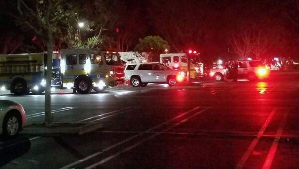 Машины спасательных служб США рядом с заведением Borderline Bar & Grill  - Sputnik Ўзбекистон