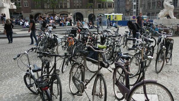 Стоянка велосипедов на одной из улиц Амстердама. - Sputnik Узбекистан