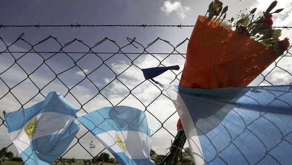 Цветы в память о погибших военнослужащих ВМС Аргентины - Sputnik Узбекистан